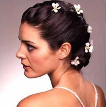 свадебные фото прическа с уложенными длинными волосами украшенная цветами