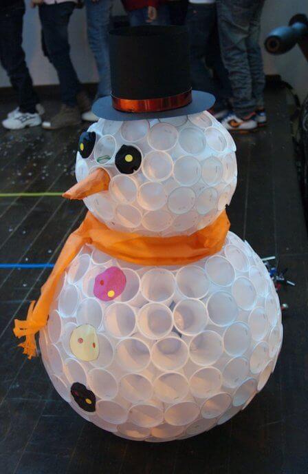 снеговик из пластиковых стаканчиков видео