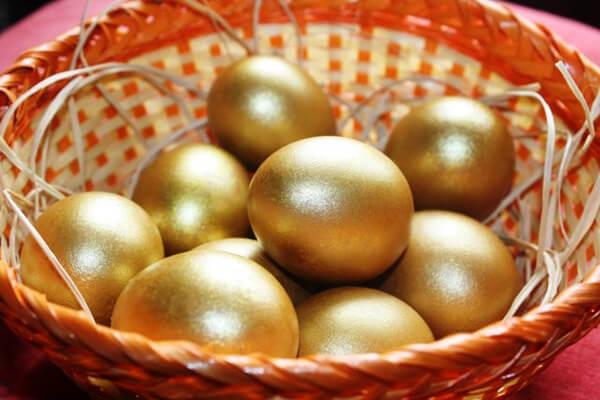 Красно золотое пасхальное яйцо
