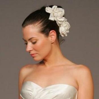 длинные волосы на фото украшенные цветами на свадьбу
